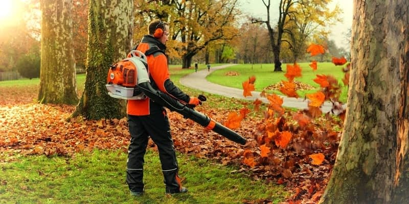 Pros & Cons of Using a Leaf Blower